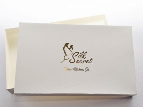 kastīte ar zelta apdruku