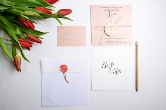 Свадебные приглашения напечатаны на дизайнерских бумагах