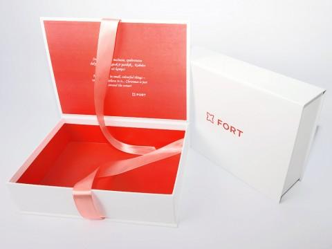 подарочные коробки с лентой