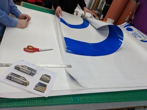 изготовление автомобильных наклеек